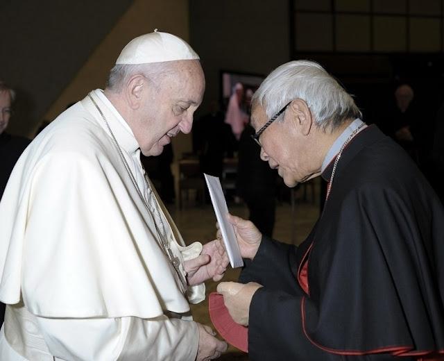 Cardeal Zen entrega carta ao Papa Francisco.