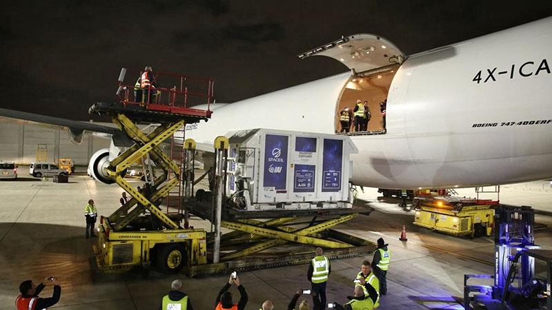 Транспортный контейнер загружается в грузовой самолет