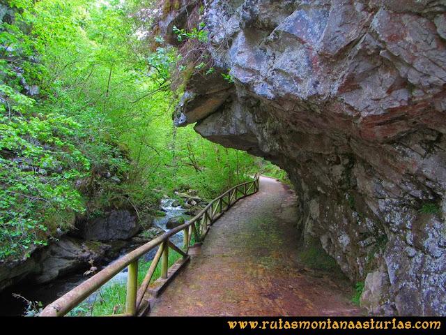 Ruta del Alba: Camino con el río a la izquierda y las piedras casi cubriéndolo