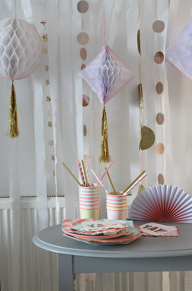 DIY – Paper streamer party back drop