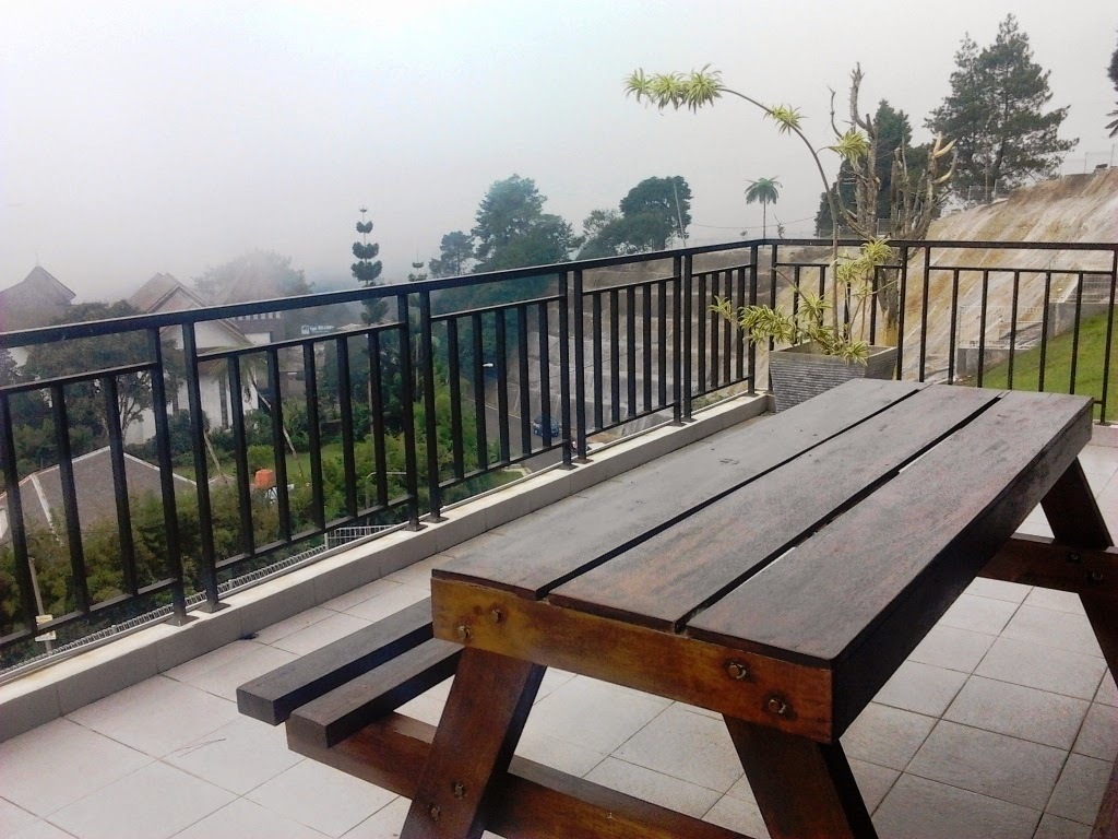 teras penginapa the villas puncak