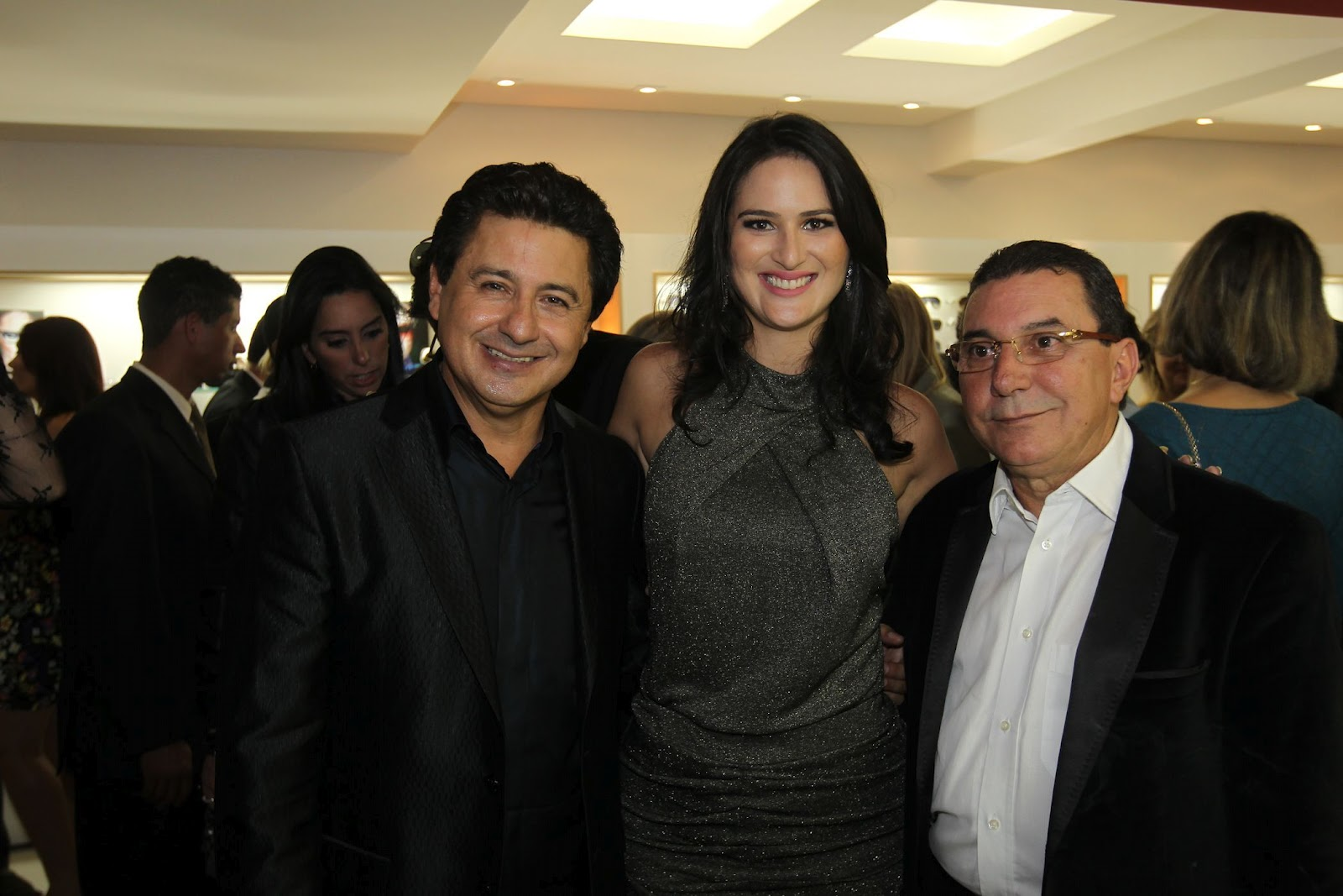 3b4fc16048b87 A anfitriã com Arione Diniz e Francisco Vidal