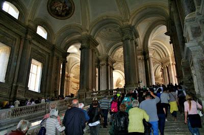 Palazzo Reale Reggia di Caserta, scalinate, folla, turisti, visitatori