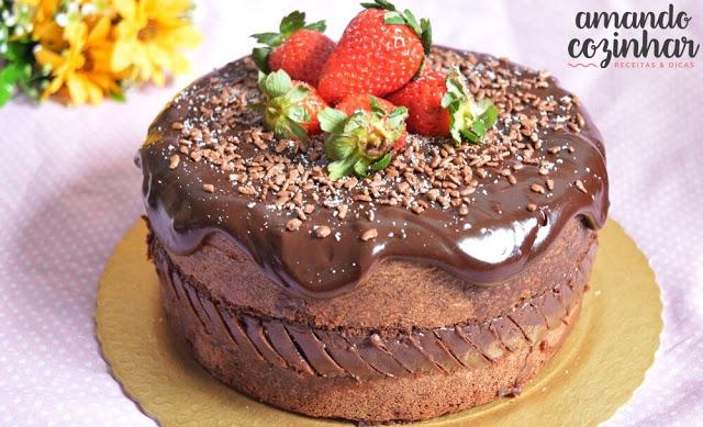 bolo chocolate com morangos