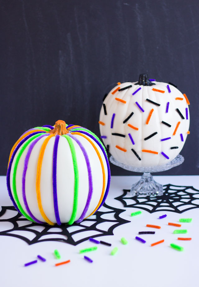 Pipe cleaners and pumpkins make the perfect match for a fun Halloween pumpkin decorating idea! #pumpkinideas #pipecleaners #pipecleanercrafts #halloweencrafts