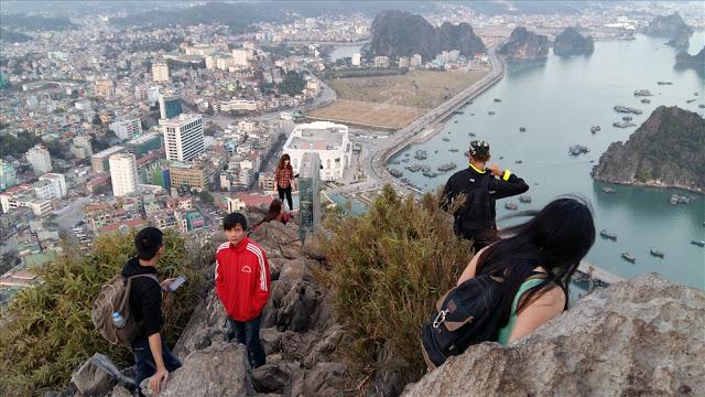 Một góc TP.Hạ Long nhìn từ đỉnh núi Bài Thơ