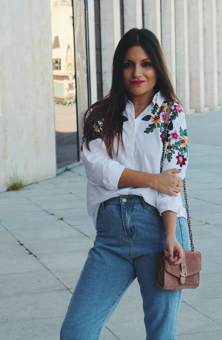 outfit con camisa de flores bordadas y zapatillas
