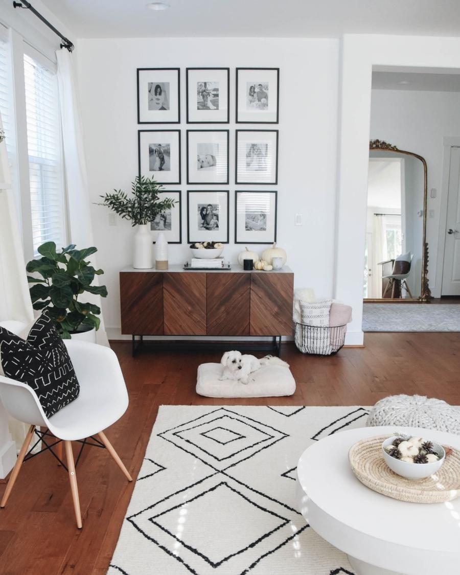 Proste i przytulne wnętrze w bieli, wystrój wnętrz, wnętrza, urządzanie domu, dekoracje wnętrz, aranżacja wnętrz, inspiracje wnętrz,interior design , dom i wnętrze, aranżacja mieszkania, modne wnętrza, białe wnętrza, wnętrza w bieli, styl skandynawski, minimalizm, naturalne dodatki, jasne wnętrza, salon, komoda, galeria zdjęć
