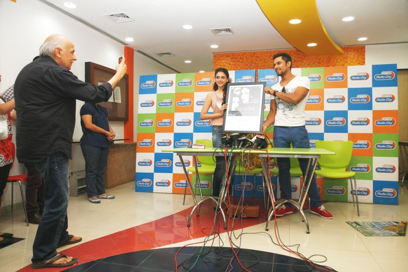 Aditi rao hydari and randeep hooda at the launch of murder 3 at radio city fm studio