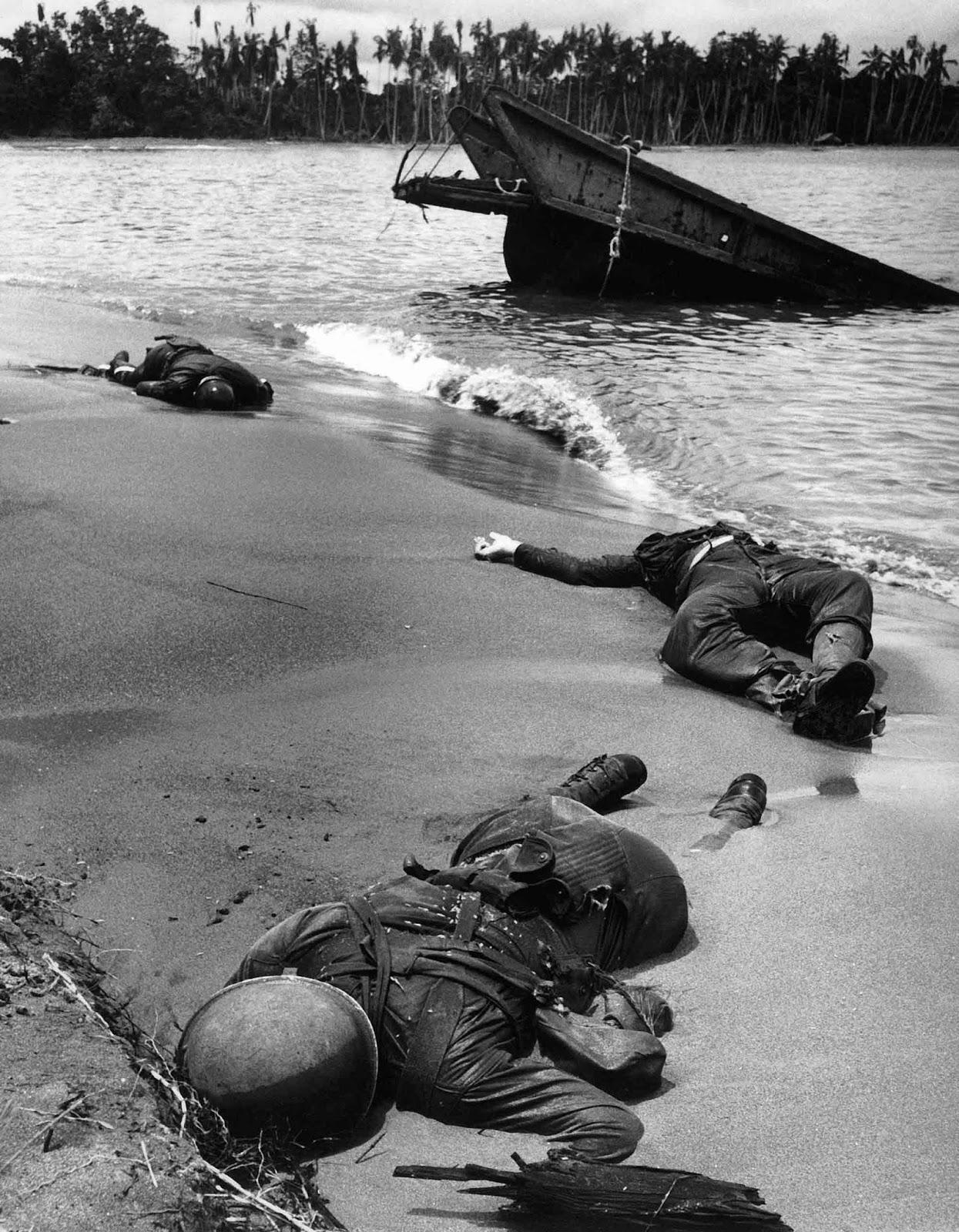 Tres estadounidenses muertos se encuentran en la playa de Buna, 1943