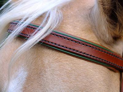 Frontalino taglia Cob in cuoio chiaro con imbottitura e accenti in pelle verde, cuciture in filo verde, realizzato su misura e cucito a mano
