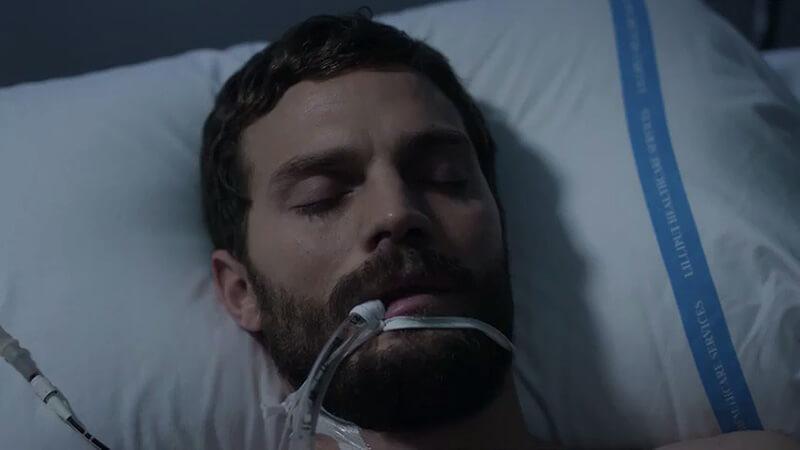 Paul Spector en cama y entubado en el primer episodio de la tercera temporada de The Fall