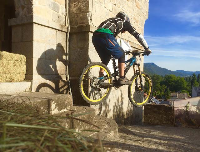 rider saltando las escaleras de la Iglesia de San Salvador