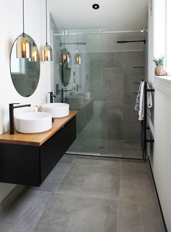 czarna armatura, czarne lustro w łazience, czarne dekoracje w łazience, czarno biała łazienka