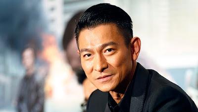 """Biografi Andy Lau  Sebuah bintang lebih dari 100 film dan salah satu penyanyi Asia yang paling populer, Andy Lau Tak Wah lahir pada 27 September 1961 di Hong Kong. Dia dibesarkan di daerah yang sangat miskin di mana tidak ada bahkan menjalankan air - yang muda Tak-Wah harus membuat sampai delapan hari perjalanan untuk mengumpulkan air untuk keluarganya. Meskipun masalah keuangan, orang tua Andy mendorong dia untuk melakukannya dengan baik di sekolah, dan setelah lulus, ia memasuki akademi TVB, di mana ia belajar seni akting dan bela diri. Setelah muncul di televisi selama beberapa tahun, Lau pindah ke film dengan Orang Boat tahun 1982.  Seperti norma untuk bintang muda saat ini, ada upaya untuk diversifikasi Lau dengan membuatnya merekam album. Sementara jenis album biasanya menyediakan beberapa tambahan publisitas dan uang untuk aktor, karena Lau mereka menjadi karir kedua.Meskipun butuh cukup lama - album pertamanya (saya Hanya Tahu Aku cinta kamu) keluar pada tahun 1985 untuk buzz kecil. Ia tidak sampai 1990, ketika Lau telah memantapkan dirinya sebagai salah satu aktor top Hong Kong dan TVB datang dengan """"Raja Langit Cantopop"""" gimmick (yang juga dipromosikan Aaron Kwok, Leslie Cheung dan Leon Lai) bahwa"""