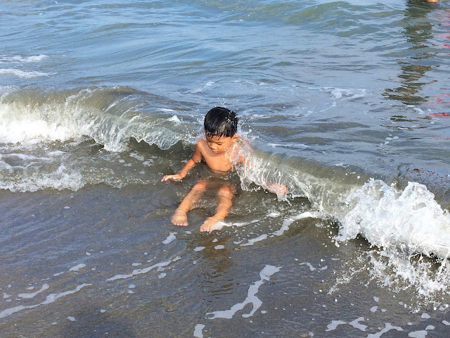 kid-playing-at-the-sea