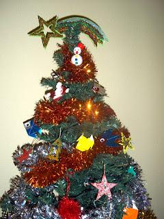 Árbol de Navidad decorado con adornos realizados por niños con manualidades que os mostramos en nuestro blog.