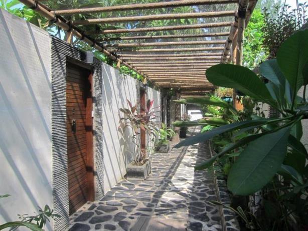 exterior hotel scallywags resort gili trawangan Lombok