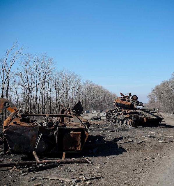 As estradas estão entulhadas de restos acumulados em anos de conflito