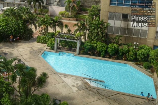 swimming pool at Holiday Inn Manila Galleria