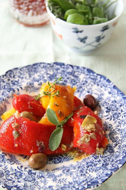 Peperoni marinati con olive, capperi ed erbe aromatiche
