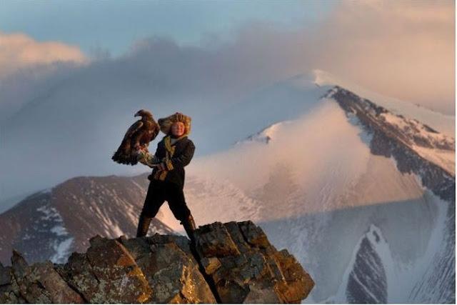 آشول بان 13 عام؛ الأنثى الوحيدة التي تحترف إصطياد النسور الذهبية بكازاخستان ، حيث قامت بإصطياد نسراً عمره ثلاثة أعوام