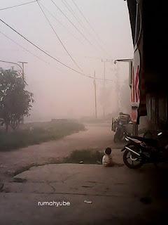 anak-anak masih santai bermain di area kabut asap
