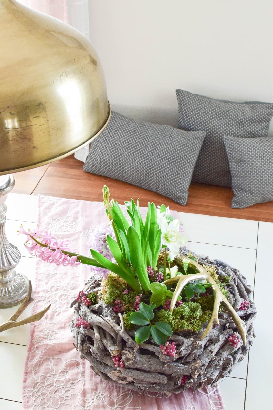 DIY Vorhänge aus Tischläufern: Frühlingsdeko selber machen Frühjahrsdeko für Tisch und Esszimmer. Dekoidee mit Korb Christrosen Hyazinthen Geweih Moos und natürlicher Deko