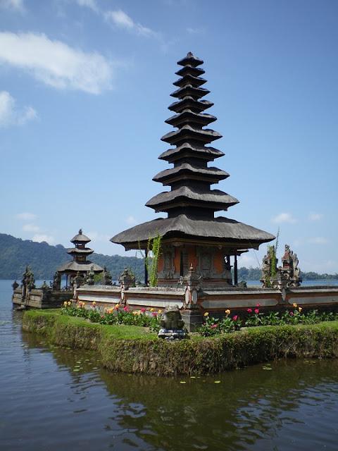 Tempat-tempat Keren Yang Wajib Dikunjungi Saat Di Bali 01 Pura Tanah Lot
