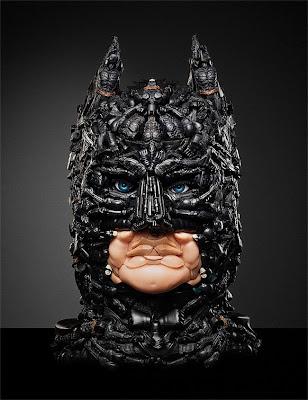 Escultura de Batman con juguetes de plástico reciclados
