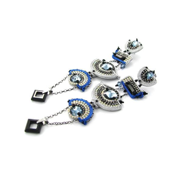 Kobaltowo srebrne, luksusowe kolczyki z akcentami srebrnymi.