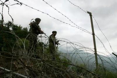 कश्मीर के त्राल में CRPF यूनिट पर आतंकी हमला, 3 नागरिकों की मौत, 7 जवान घायल