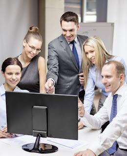Grupo hombres y mujeres, trabajo y nuevas tecnología