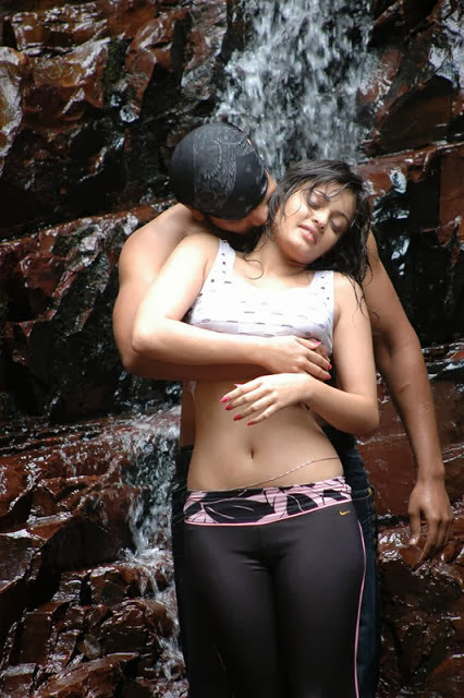 Sneha Ullal wet at Nenu Meeku Telusa movie