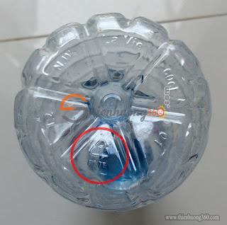 Dưới đáy chai nước suối có ký hiệu Số 1 (PETE) Chỉ nên sử dụng một lần rồi bỏ