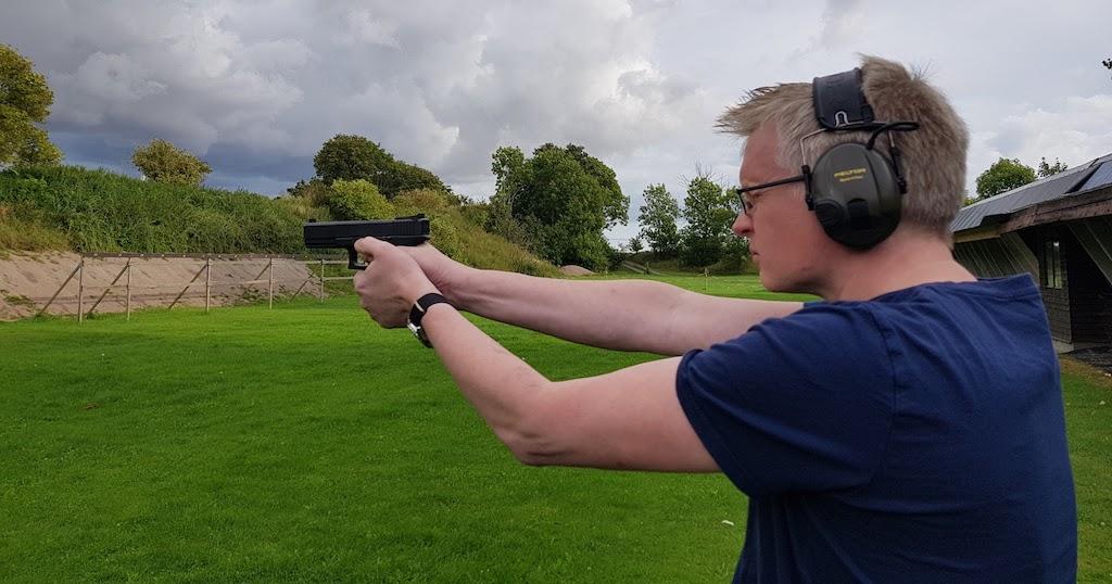 Gripen med pistol vid eu parlamentet