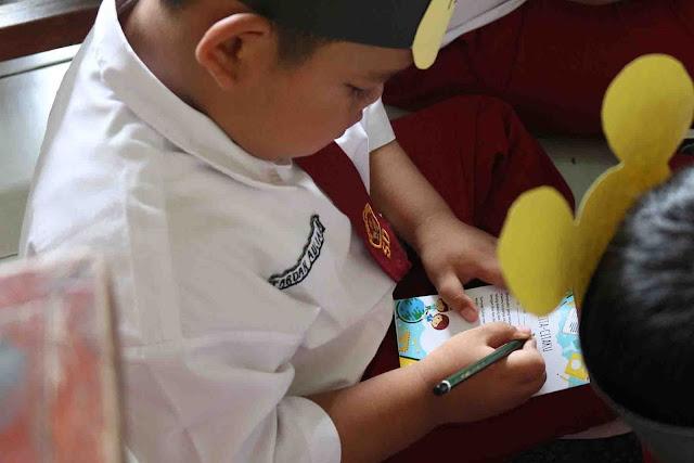 para murid menulis surat cita-cita dan akan diserahkan ke wali murid