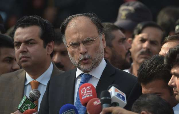 Pakistan minister wounded in suspected assassination attempt