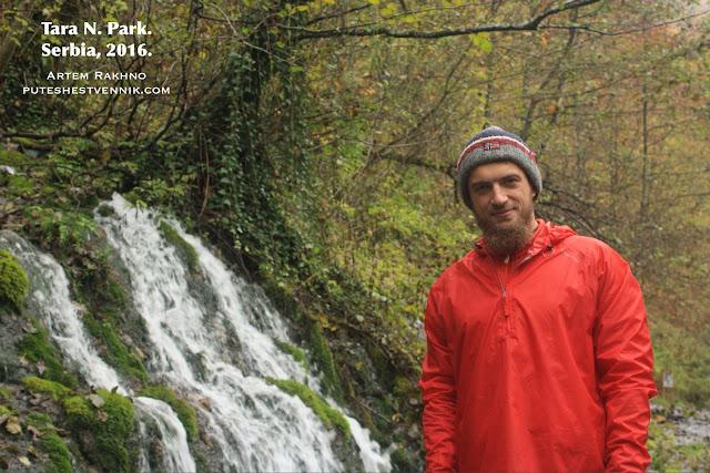 Путешественник у водопада