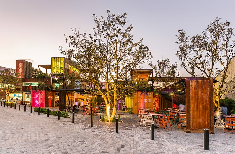 05-Shipping-Container-Architecture-6-Restaurants-in-the-Contenedores-Food-Place-www-designstack-co