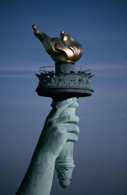 La antorcha es el último símbolo de los iluminados (personas que han adquirido el conocimiento secreto de la orden ocultista, un conocimiento negado al resto de la población). La Estatua de la Libertad sostiene la antorcha encendida, símbolo de Nimrod (Dios del Sol)