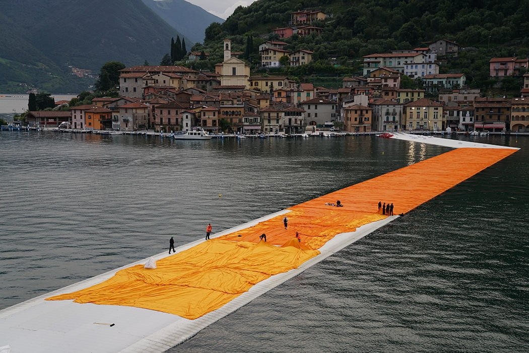 16-Christo-and-Jeanne-Claude-The-Floating-Piers-Walkways-on-Lake-Iseo-Italy-www-designstack-co