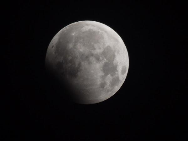 Mặt Trăng dần tiến vào vùng bóng tối của Trái Đất. Hình ảnh chụp bởi Tùng Mye từ Hải Phòng.