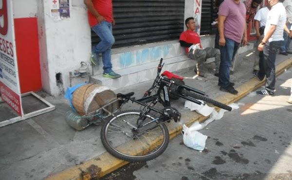 Se vuelca bicicleta con burritos y tacos de canasta; la gente aprovecha y se los roba
