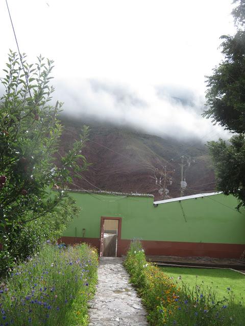 Es ist weiter regnerisch in den Bergen Boliviens. Die Straße von Esmoraca nach Villazón ist durch erneuten Erdrutsch zum 2. Mal unterbrochen. Man muss jetzt durch die Flüsse nach Tupiza fahren.