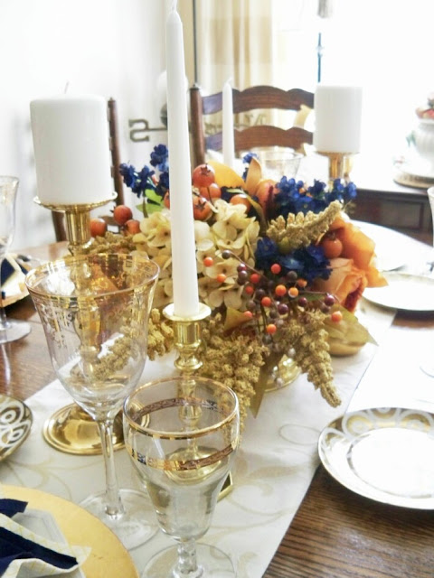 Vignette-dinning-table-gold-crystal-decorating