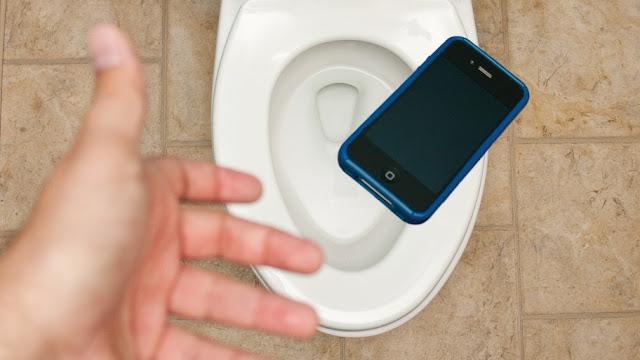 Cara Mengatasi Handphone yang Jatuh ke Air - Clouidnesia