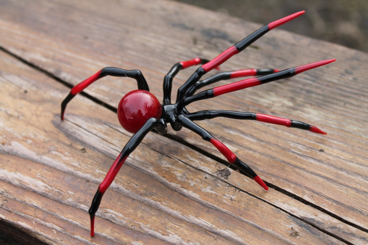 04-Black-and-Red-Spider-Nikita-Drachuk-Glass-Symphony-with-Lampwork-Glass-Animals-www-designstack-co