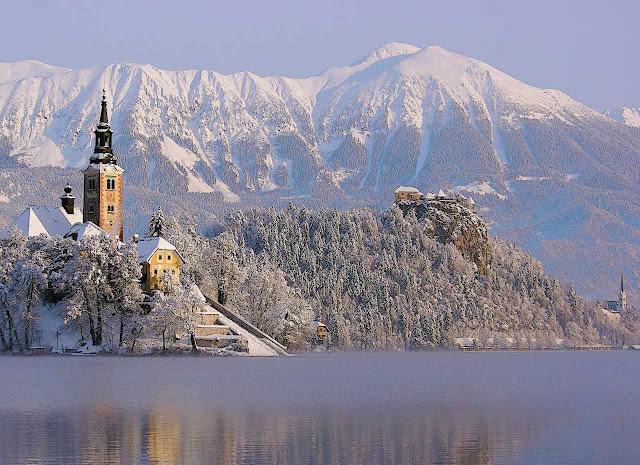 A ilha santuário tendo ao fundo, no alto, o castelo