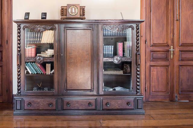 Uma estante do gabinete de Cândido de Abreu